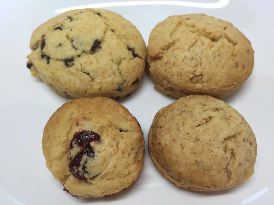 スペシャルスコーン。上が「チョコチップ」(左)「ナッツ」(右)。下が「クランベリーヨーグルト」(左)「グラハムオレンジピール」(右)