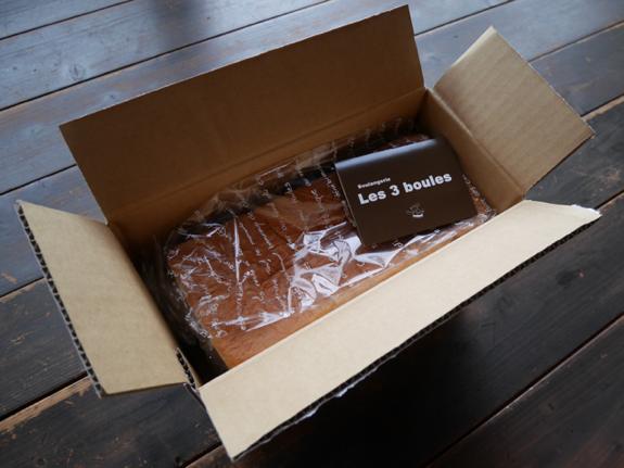 ショップカードと一緒に箱いっぱいの食パンが。