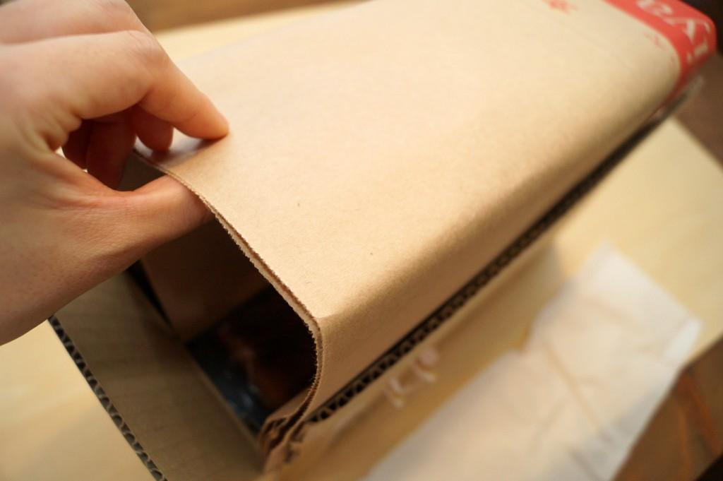 ダンボールを開けると、薄紙とお店の紙袋で食パンが包まれていて衛生的です。