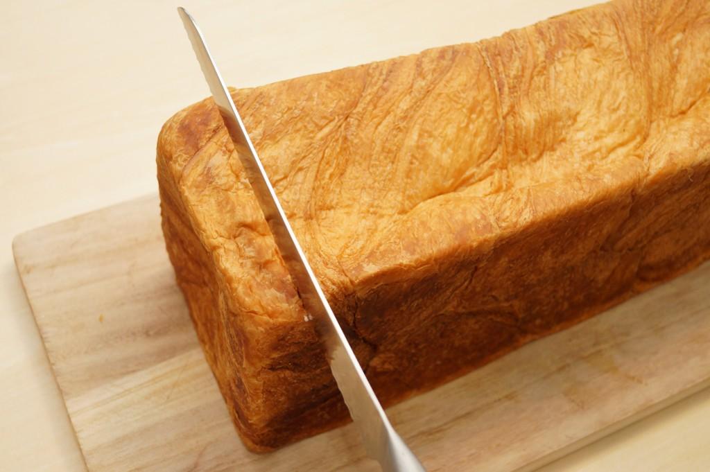 薄袋から取り出したデニッシュ食パンです。通常の食パンよりしっとり柔らかいです。