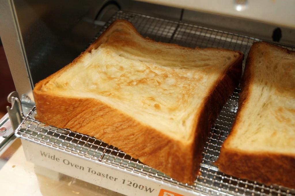 軽くトースターで焼いたデニッシュ食パン。層の食感もアップします。