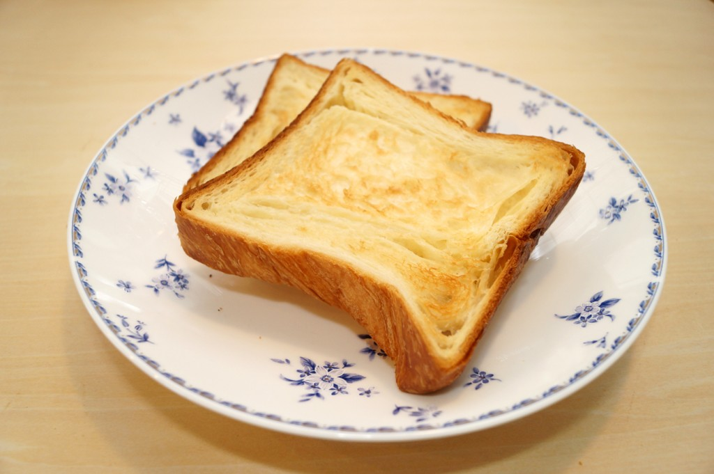 軽くトースターで焼いたデニッシュ食パン。このままでも、バターを落としたり、シロップをかけても。