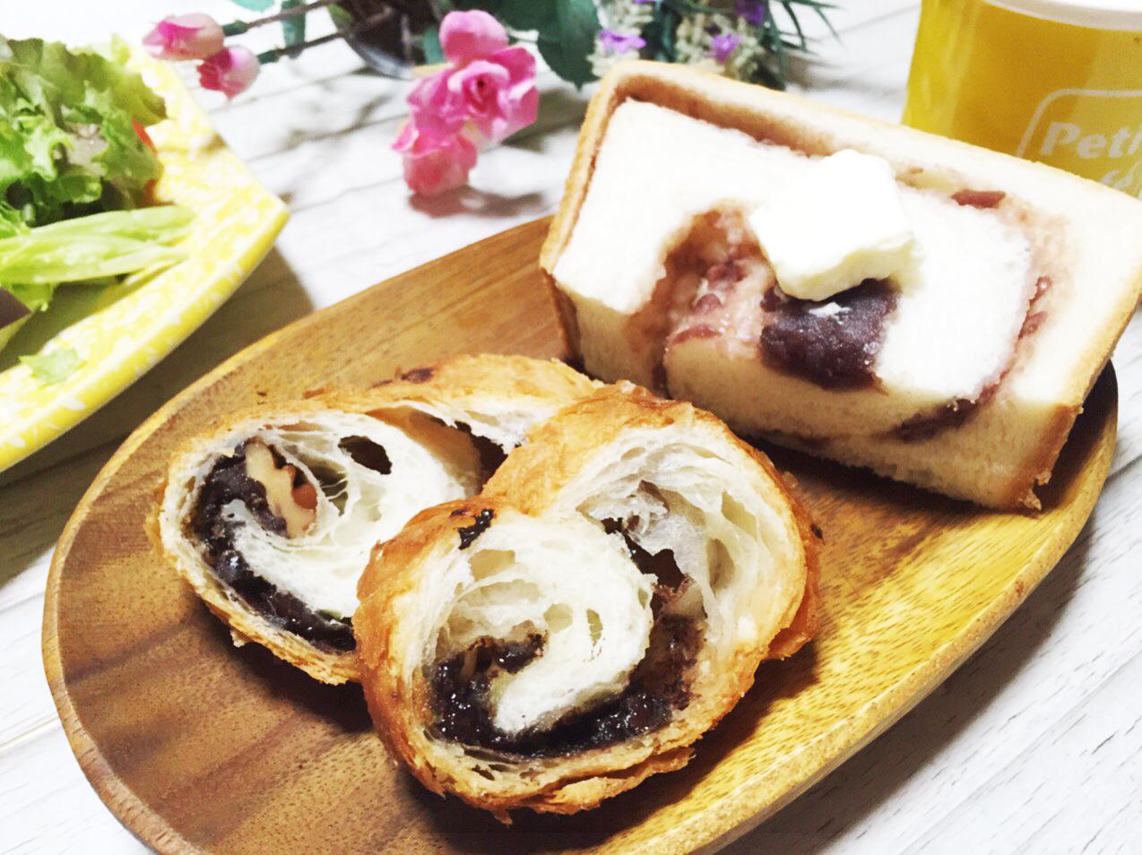 アンティークのあん食パンにバターを載せる