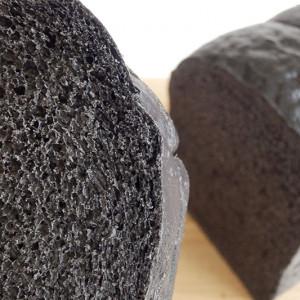 見た目はビックリ!でも、食べるとほっこり!リンデンバウムの「低カロリー天然酵母竹炭食パン」【お取り寄せ】